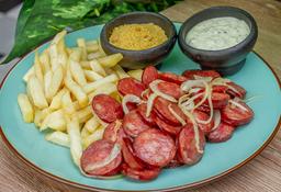 Linguiça Calabresa Acebolada con batatas fritas y farofa