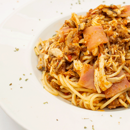 Spaguetti con pollo y champíñones