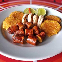 Chorizo con arepa y patacón