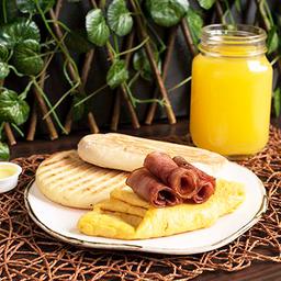 Huevos con Tocineta + Arepa