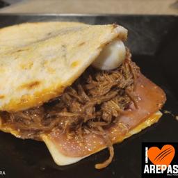 Arepa con Carne, Jamón y Queso