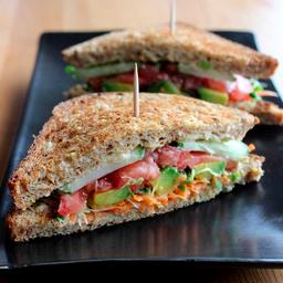 Sandwich de humus y vegetales