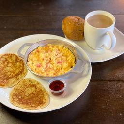 Panqueques Con Huevos Pericos Café