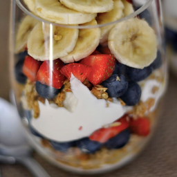 Parfait de Yogurt con granola y banana