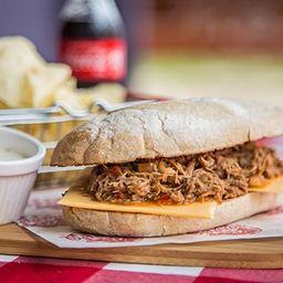 Sándwich carne de res desmechada