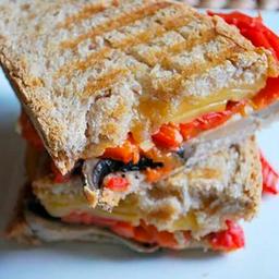 Sandwich de pimentón asado, champiñón y queso gauda