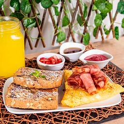 Tostadas Francesas + Huevos y Tocineta