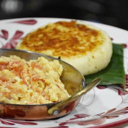 Huevos Pericos con Arepa de Maíz con Queso