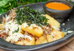 Macaxeira Frita con carne seca e queijo gratinado