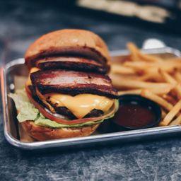 Humo Bacon Cheese Burger y Papas