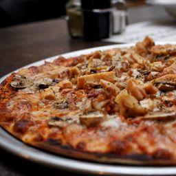 Pizza Pollo Hongos Tocineta