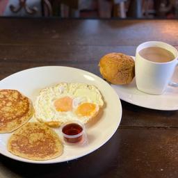 Panqueques Huevos Fritos Y Café