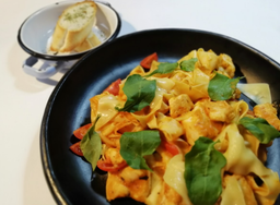 Fetuccinne con Pollo en Salsa Pomodoro
