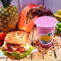 Batido frutos rojos + sandwich ranchero