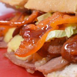 Sandwich con Carne de Hamburguesa y Tocineta.