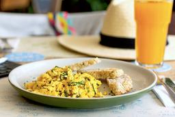 Huevos revueltos con espinaca y queso feta