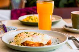 Huevos fritos bañados en salsa de queso azul