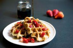 Waffles con fresas y syrup