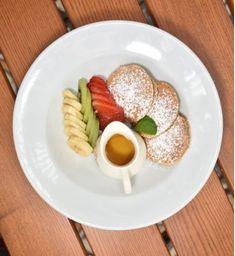 Pancakes Integrales con frutas + Bebida