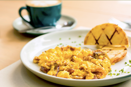 Huevos revueltos con maíz, tocino y queso paipa