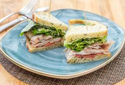 Sándwich de pastrami de pavo + te verde (con miel)